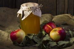 Äpfel mit einem Glas Honig Stockbild