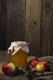 Äpfel mit einem Glas Honig Stockfotos