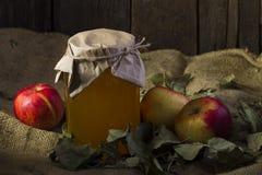 Äpfel mit einem Glas Honig Stockbilder