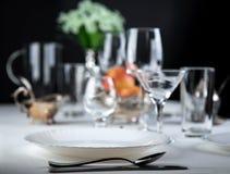 Äpfel mit Gläsern und Tischbesteck Stockbild