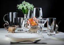 Äpfel mit Gläsern und Tischbesteck Lizenzfreies Stockbild