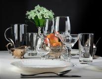 Äpfel mit Gläsern und Tischbesteck Lizenzfreies Stockfoto