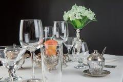 Äpfel mit Gläsern und Tischbesteck Lizenzfreie Stockbilder