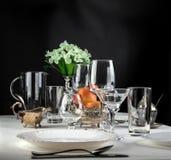 Äpfel mit Gläsern und Tischbesteck Lizenzfreie Stockfotografie