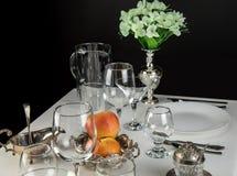 Äpfel mit Gläsern und Tischbesteck Stockfoto