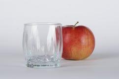Äpfel mit Glas Stockbilder