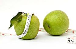 Äpfel mit messendem Band Lizenzfreie Stockbilder