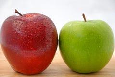 Äpfel rot und grün auf hölzerner Tabelle Stockbilder