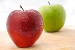 Äpfel rot und grün auf hölzerner Tabelle Stockfotos