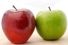 Äpfel rot und grün auf hölzerner Tabelle Stockbild