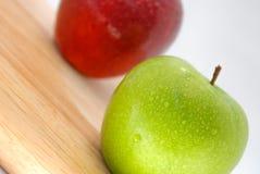Äpfel rot und grün auf hölzerner Tabelle Stockfotografie