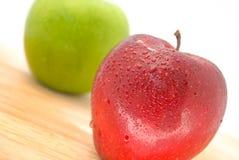 Äpfel rot und grün auf hölzerner Tabelle Lizenzfreie Stockbilder