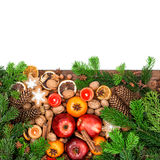 Äpfel, Tangerinefrüchte, Plätzchen und Gewürze mit Weihnachtsbaum Stockfotos