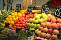 Äpfel Tomaten und oragnes auf Nahrungsmittelmarkt Stockbilder