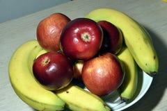 Äpfel und Bananen lizenzfreies stockbild