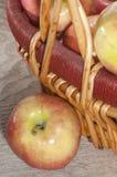 Äpfel und ein Korb Lizenzfreie Stockfotos