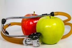Äpfel und ein Stethoskop, das einen ` Herz gesunden ` Snack darstellt lizenzfreie stockfotos