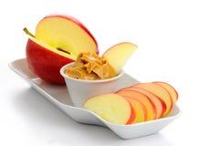 Äpfel und Erdnussbutter Stockfoto