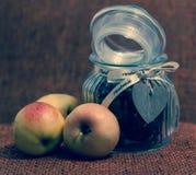Äpfel und Glas mit Süßigkeit Lizenzfreies Stockbild