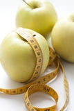 Äpfel und messendes Band Lizenzfreies Stockfoto