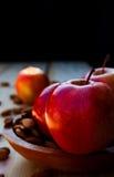 Äpfel und Muttern lizenzfreies stockfoto