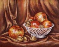 Äpfel und Muttern auf einem Rot Lizenzfreies Stockfoto