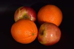 Äpfel und Orangen auf Schwarzem Lizenzfreie Stockbilder