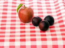 Äpfel und Pflaume Lizenzfreie Stockfotos