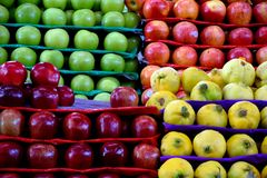 Äpfel und Quittenfrucht für Verkauf stockfotografie