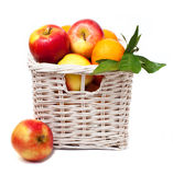 Äpfel und Tangerinen in einem Korb Stockfotos