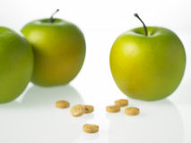 Äpfel und Vitamintabletten Stockbild