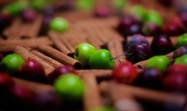Äpfel und Zimt auf dem Tisch stockfoto