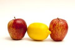 2 Äpfel und 1 Zitrone auf Weiß Lizenzfreie Stockfotos