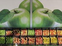 Äpfel von unterschiedlichen Farben, von Arten und von Vielzahl für Verkauf auf Markt in Serbien, mit einem Bild von Äpfeln im Hin Stockfotos