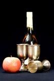 Äpfel, Weinglas und Flasche Stockfoto