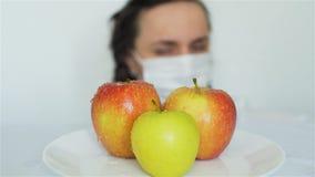 Äpfel Wissenschaftler-Spraying GMO mit Chemikalien stock footage