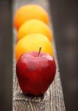 Äpfel zu den Orangen Stockfotos