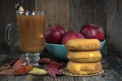 Äppelcider och donuts med sidor Royaltyfria Foton