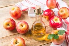 Äppelcidervinäger i flaska med äpplet fotografering för bildbyråer
