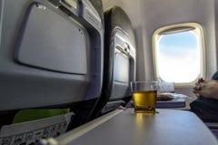 Äppelmust i ett flygplan Fotografering för Bildbyråer