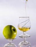 Äppelmust i exponeringsglas som isoleras på den vita bakgrundsdrinken, sommar som är sund Royaltyfri Bild