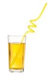 Äppelmustexponeringsglas med drinksugrör som isoleras med den snabba banan Royaltyfria Foton