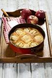Äppelpaj i bakningmaträtt på minnestavlan Royaltyfri Foto