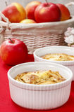 Äppelpaj i keramisk bunke Royaltyfri Foto