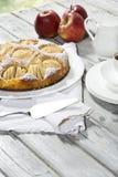 Äppelpaj, kaffekopp och platta, äpplen på trä Royaltyfri Bild