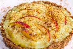 Äppelpaj med äpplet, kräm och kanel arkivfoton