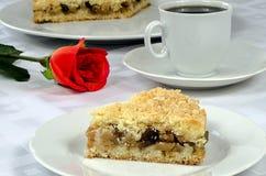 Äppelpaj med en kopp kaffe och en röd ros Royaltyfri Fotografi