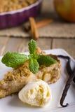 Äppelpaj med glass som dekoreras med vanilj, mintkaramellen och kanel på träbakgrund Ett läckert stycke av kakan med is Fotografering för Bildbyråer