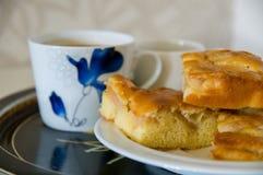 Äppelpaj med kaffekoppar Royaltyfri Bild