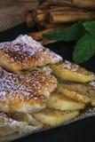 Äppelpaj med nya frukter på trätabellen royaltyfri foto